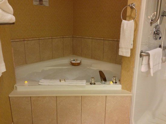 Baymont Inn & Suites Manchester: Guest Bedroom - Jacuzzi Tub & Shower