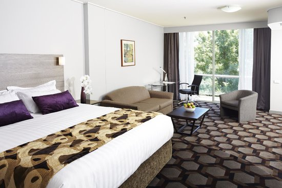 Rydges Capital Hill Canberra: King Spa Suite Bedroom