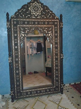 Riad Mur Akush: Mirror in bedroom