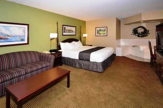 AmericInn Lodge & Suites Okoboji : One Room King Suite with 2 Person Whirlpool, Fireplace & Full Size Sofa Sleeper