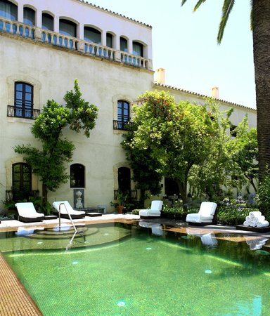 Hospes Palacio del Bailio: Swimming pool and gardens