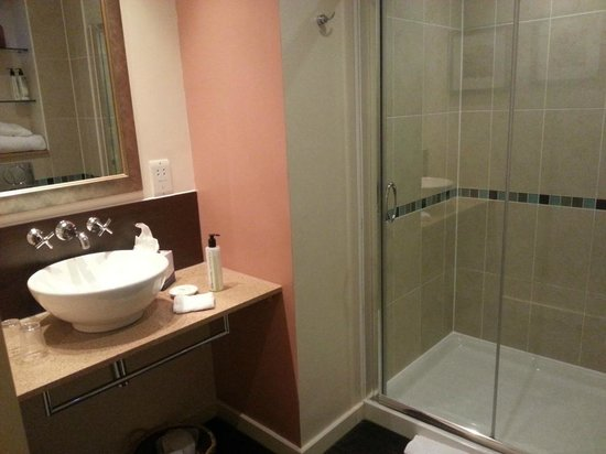 Staybridge Suites: Handbasin and shower