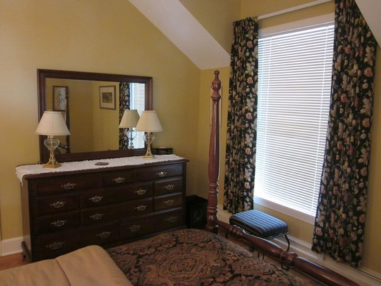 Lakeside Bed and Breakfast: Suite - queen guest room