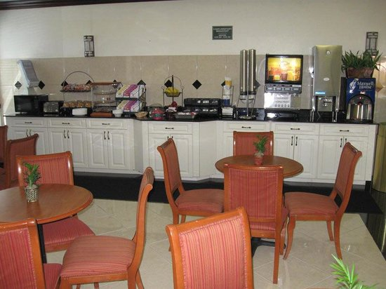 La Quinta Inn & Suites St. Petersburg Northeast: Breakfast Area