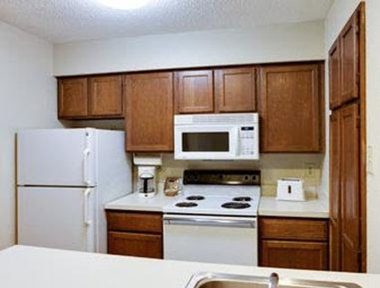 Hawthorn Suites by Wyndham - Arlington DFW South: Suite Kitchen