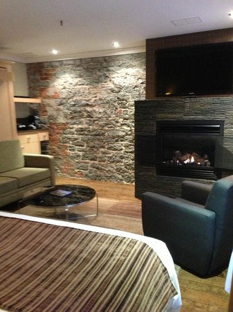 Hotel du Vieux-Quebec:                   Deluxe 1 King Room (fireplace/seating area)