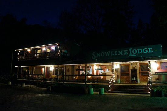 Cyndi's Snowline Lodge: The Lodge at Night