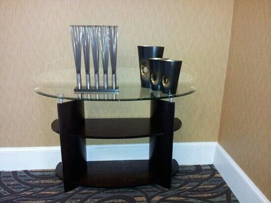 Comfort Inn & Suites at Stone Mountain:                                     lobby table