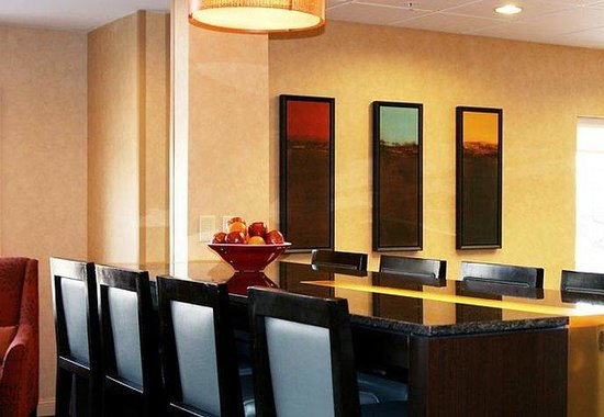 Residence Inn Buffalo Cheektowaga: Communal Table
