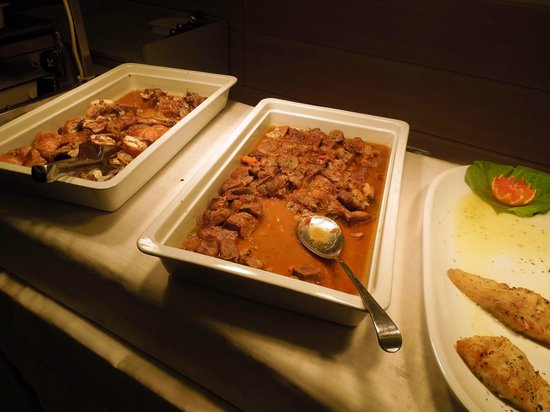 Hotel Boemia: Secondi a buffet