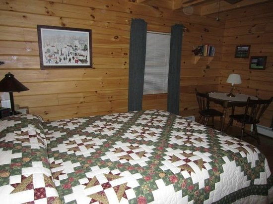Enfield, NH: Maple Room with queen size bed & private bath