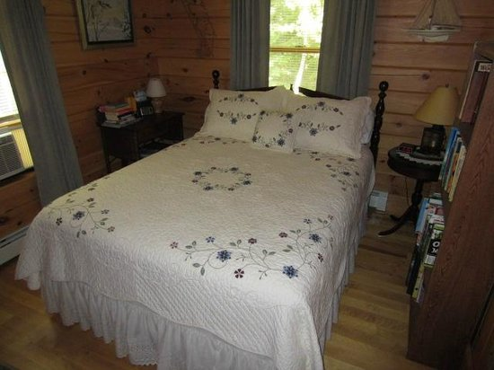 Stanford B&B: Acorn room with queen size bed and private bath