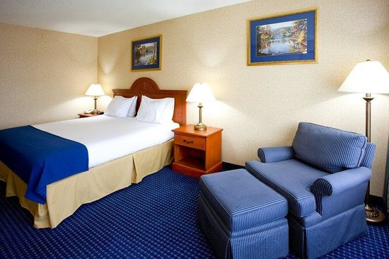 Holiday Inn Express Syracuse Airport: King Bed Guest Room