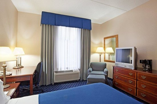 Holiday Inn Express Lawrence / Andover: King Bed Guest Room
