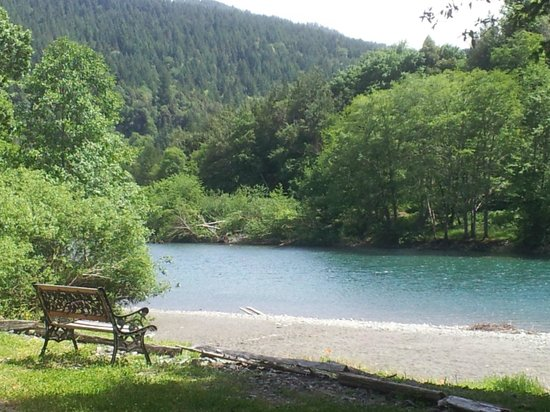 Play in the river picture of the chetco river inn for Chetco river resort cabins brookings oregon