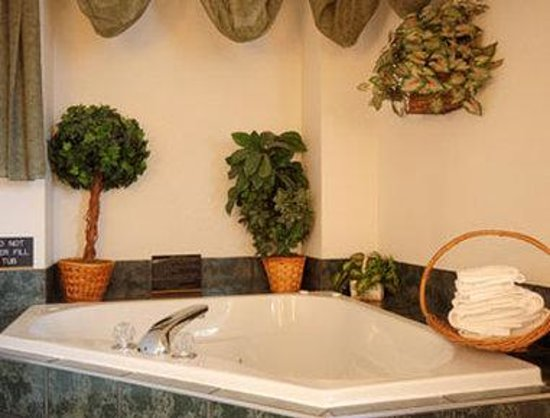 Super 8 Bonne Terre: Jacuzzi Suite with Micro/Fridge