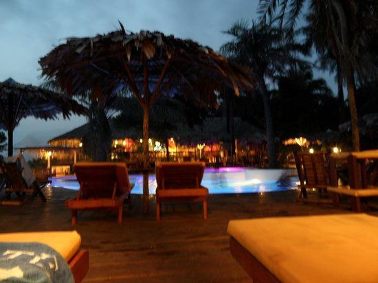 Libassa Ecolodge:                   zwembad by night