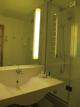 Novotel Manchester West: Very Clean bathroom