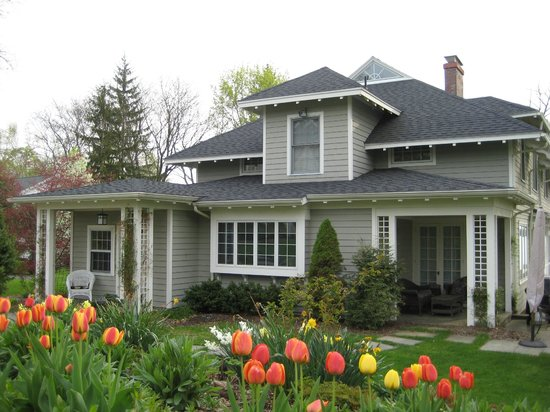 Lakeside Bed and Breakfast: Backyard - tulips in springtime