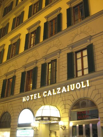 Calzaiuoli Hotel:                                     outside of the hotel in the evening