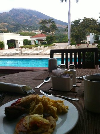 Crowne Plaza Hotel San Salvador: Breakfast near the pool and the volcano (omlette to order and fresh pupusas).