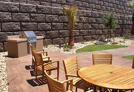 TownePlace Suites St. George: Barbecue Patio Area