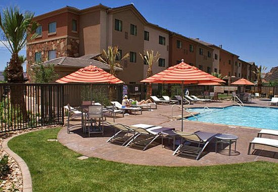 TownePlace Suites St. George: Outdoor Pool & Sunbathing Area