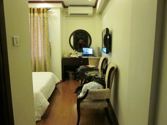 Hanoi Paradise Hangbac Hotel:                   with TV and PC in room