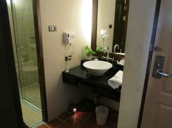 Aonang Princeville Resort:                   Bathroom with a very good shower and bath tube.