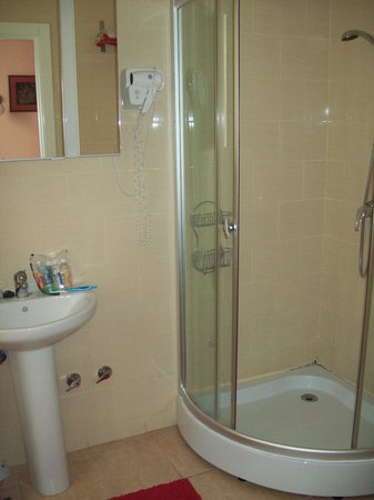 Hostal Pizarro:                   Bathroom