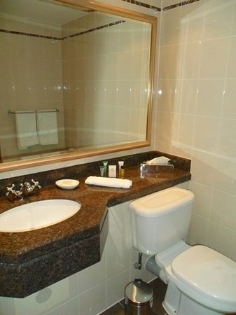 Hilton Glasgow: bathroom with toiletries