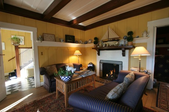 Sea View Inn: Fireside Area for Guests