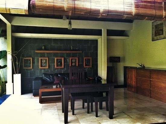 Bali Nyuh Gading Villa: outdoor covered/dry living and dining area