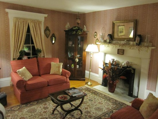 Camden Maine Stay Inn: One of the beautiful Living Rooms