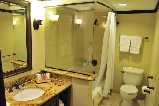 Rancho Las Palmas Resort & Spa:                   Nicely equipped bathroom.