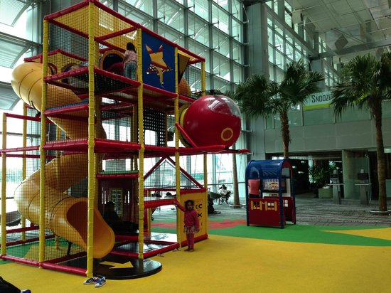 Ambassador Transit Hotel Terminal 3: kidz time on first floor (very very big and fun!)