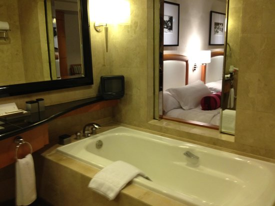 Pan Pacific Manila: loved the tub...