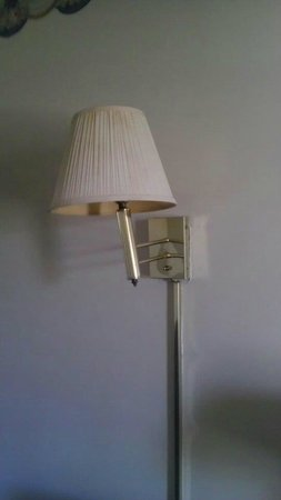 Econo Lodge Ruther Glen:                   Dirty lampshade