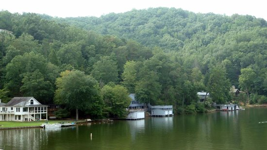 Lake Lure, Karolina Północna:                   View of the neighboring lake houses.