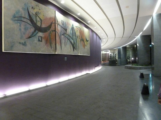 Plaza Suites Mexico City :                                     lower drive way and route to hotel entrance