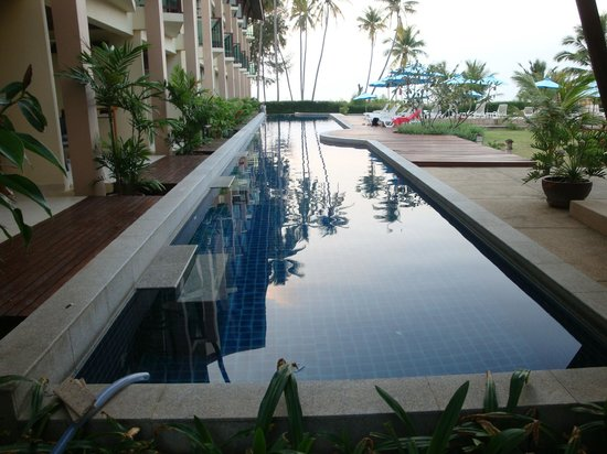 Lanta All Seasons Beach Resort & Spa:                   Lap pool with bulge half way down