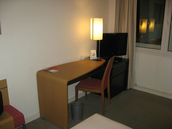 Novotel Brussels Airport:                   Workdesk ofthe room