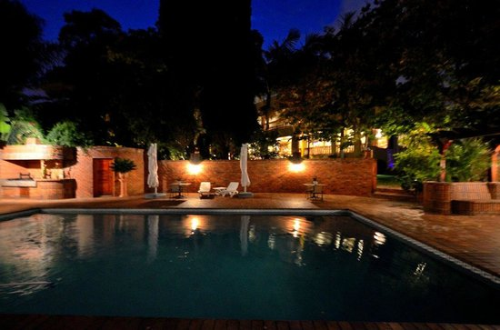 Bryanston, Republika Poudniowej Afryki: Relax by the pool and have a drink from the pool bar at nignt