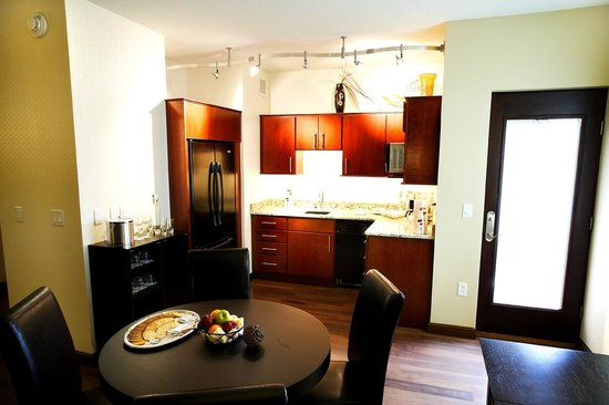 Riverside Casino & Golf Resort: Grand Master Suite Kitchen