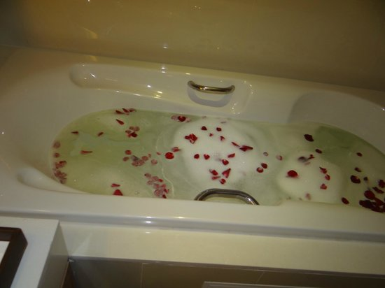 Centara Pattaya Hotel:                   The bathtub with foam bath