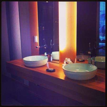 Hotel Le Germain Maple Leaf Square:                   beautiful bathroom!!