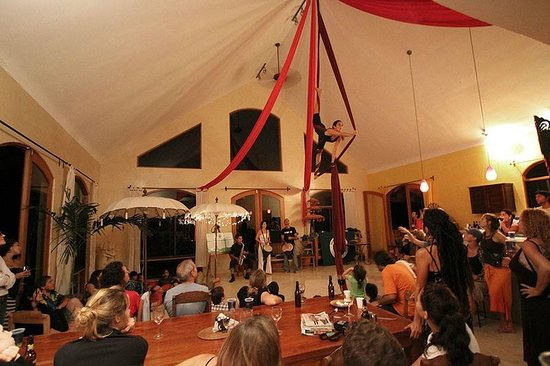 Montezuma, Costa Rica: Friday night shows usually include aerial silk