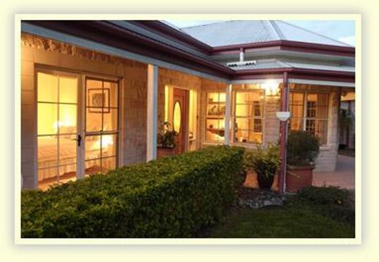 Noosa Valley Manor B&B: Evening front of Manor