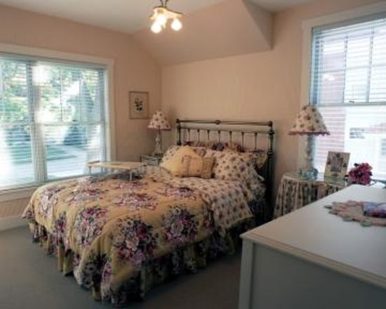 Antiquities' Wellington Inn: French Country Bedroom