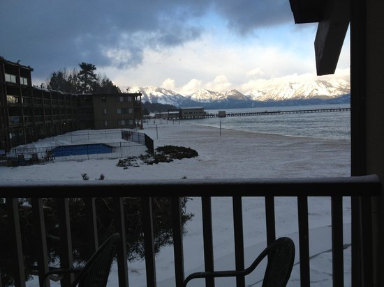Tahoe Lakeshore Lodge and Spa:                                     View fr rm 228 next morning. Snow covered beach